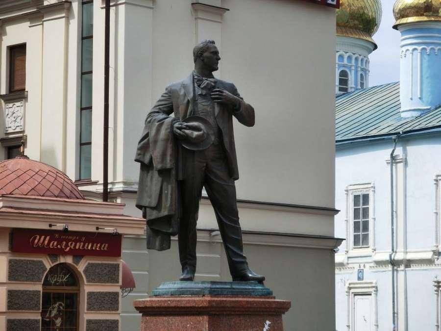 Памятник оперному певцу