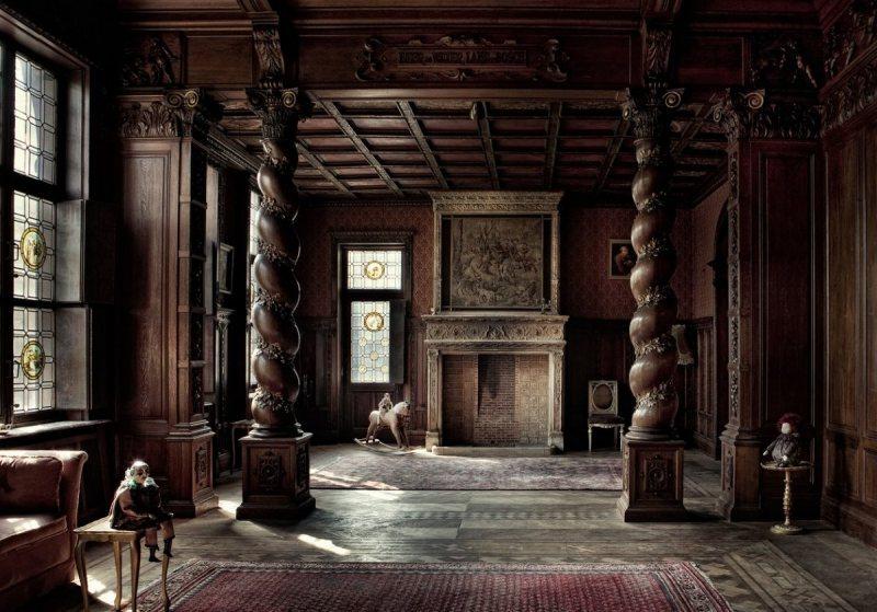 комната с резными колоннами