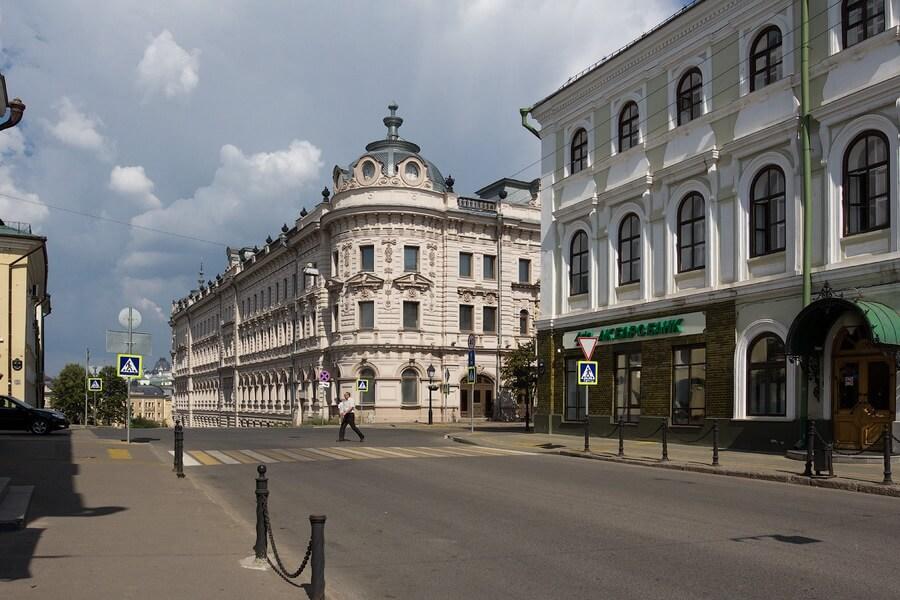 улица на которой стоит здание